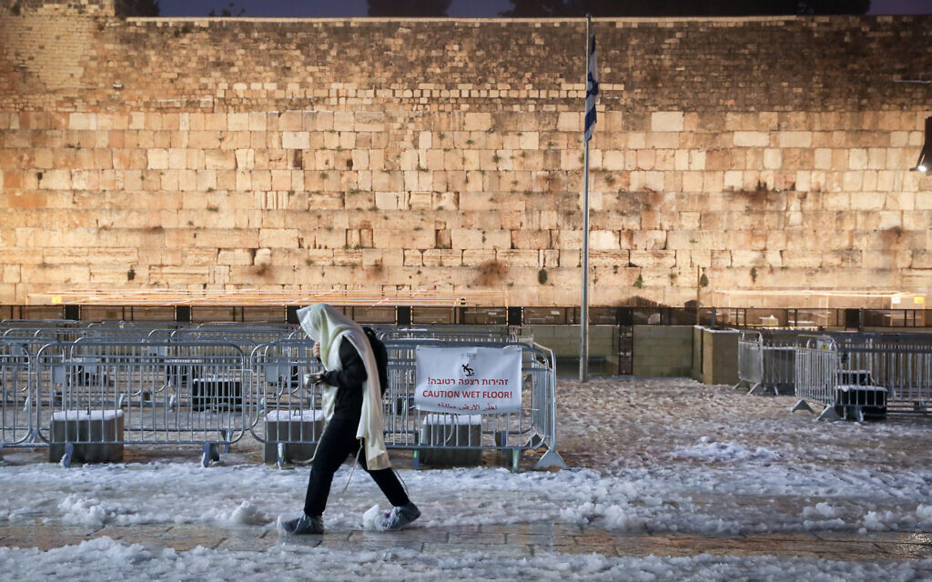 The snow-covered Western Wall in Jerusalem's Old City, on February 18, 2021 (Nati Shohat/Flash90)