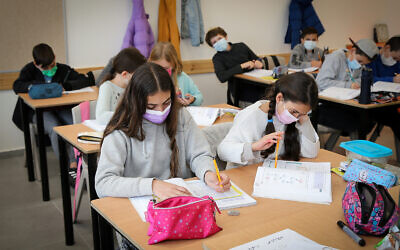 Fifth-grade students return to school in Efrat, February 21, 2021. (Gershon Elinson/ Flash90)