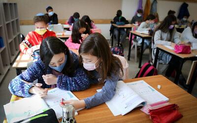 Fifth grade students return to school in Efrat, February 21, 2021. (Gershon Elinson/Flash90)