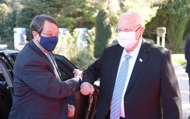 President Reuven Rivlin (R) welcomes Cyprus President Nicos Anastasiades to his residence in Jerusalem, January 14, 2021. (Amos Ben Gershom/GPO)