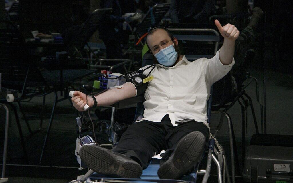 A man donates plasma at the Jewish Children's Museum plasma drive, Brooklyn, New York, January 27, 2021. (Courtesy/Anash.org)