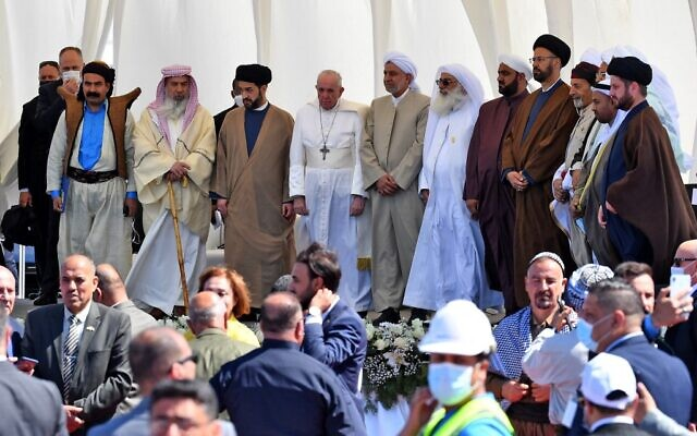Pope Francis is surrounded by religious figures during an interfaith meeting in the ancient city of Ur in southern Iraq's Dhi Qar province, on March 6, 2021 (Vincenzo PINTO / AFP)