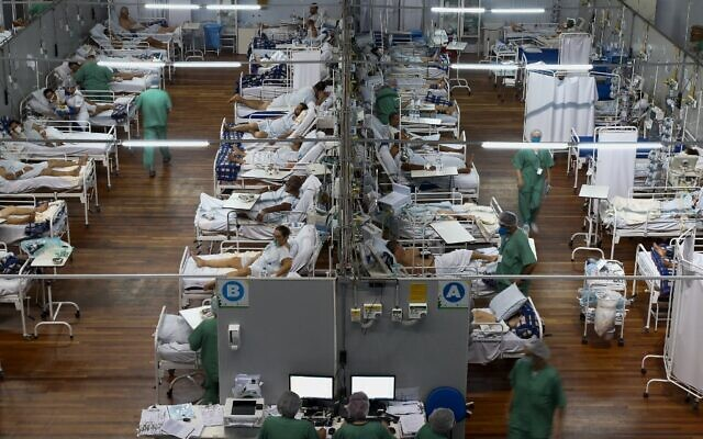 Patients affected by COVID-19 at a field hospital set up at a sports gym, in Santo Andre, Sao Paulo state, Brazil, on March 26, 2021 (Miguel SCHINCARIOL / AFP)