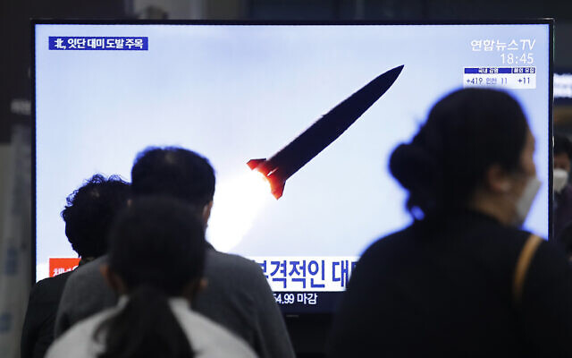 People watch a TV showing a file image of North Korea's missile launch during a news program at the Suseo Railway Station in Seoul, South Korea, March 25, 2021 (AP Photo/Ahn Young-joon)