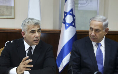 Israeli Prime Minister Benjamin Netanyahu (L) and then-minister of finance Yair Lapid attend the weekly cabinet meeting in Jerusalem, on October 7, 2014. (Marc Israel Sellem/POOL/Flash90)
