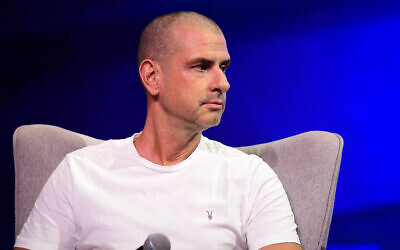 Israeli actor Eyal Kitzis speaks during a conference of the Israeli Television News Company in Tel Aviv on September 5, 2019. (Flash90)