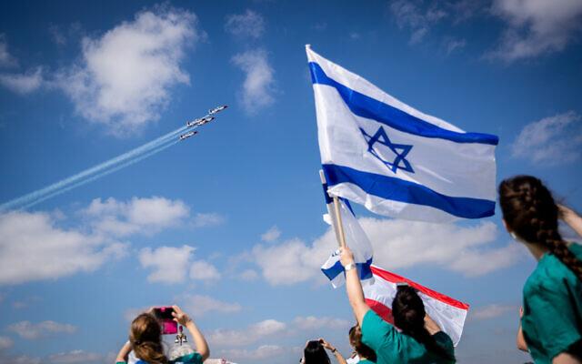 Hadassah Ein Kerem Medical team cheer as an Israeli air-force acrobatic team flies over the hospital in Jerusalem on Israel's 72nd Independence Day on April 29, 2020, (Yonatan Sindel/Flash90)