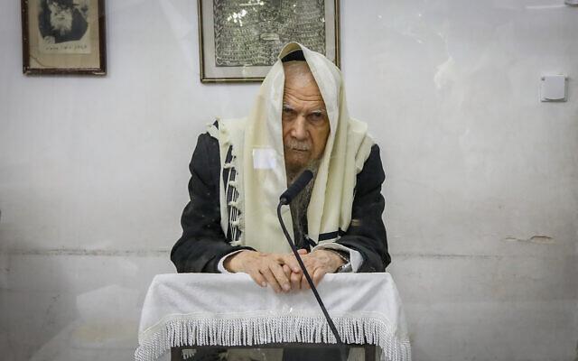 Rabbi Gershon Edelstein, head of the Ponovitz Yeshiva seen during a morning prayer at his home in Bnei Brak, February 15, 2021. (Yaakov Naumi/Flash90)