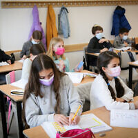 Fifth grade students at the Alomot Elementary School in Efrat, on February 21, 2021 (Gershon Elinson/Flash90)