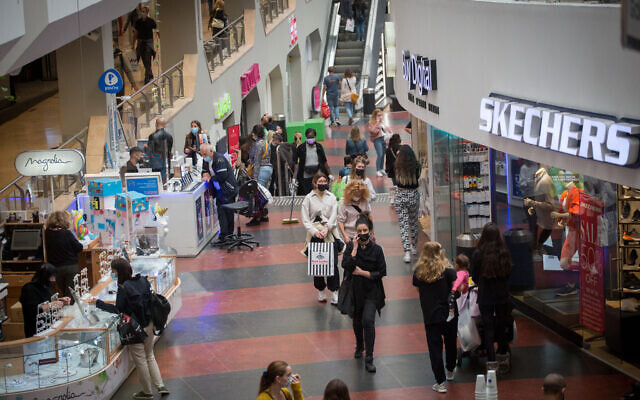 People shop at Dizengoff Center in Tel Aviv on February 22, 2021, after it reopened following a few weeks of lockdown. (Miriam Alster/Flash90)
