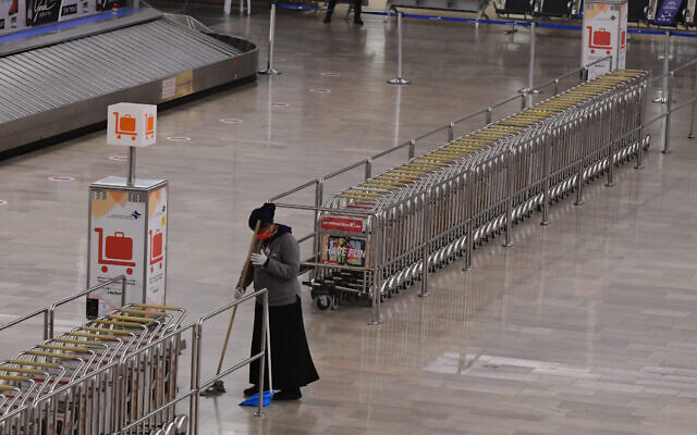 The nearly deserted arrivals area of Ben Gurion Airport, March 1, 2021. (Tomer Neuberg/Flash90)