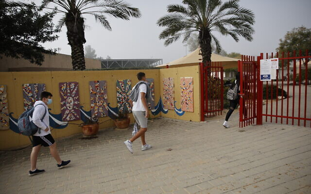 Students wearing face masks return to school in Yad Mordechai on March 7, 2021. (Flash90)