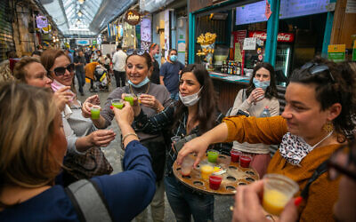 People at the Mahane Yehuda Market on March 10, 2021 in Jerusalem. (Olivier Fitoussi/Flash90)