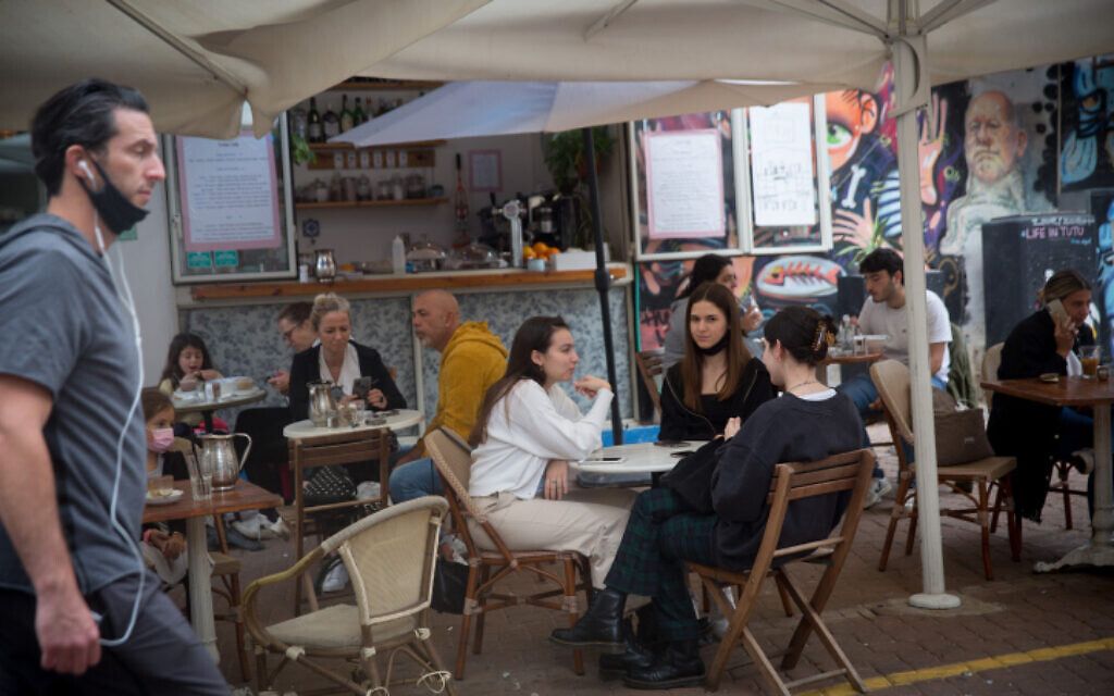 People enjoy dining at restaurants in Tel Aviv following their reopening this week, March 11, 2021 (Miriam Alster/FLASH90)