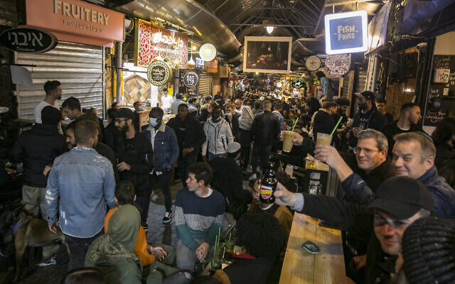 Israelis at bars in Jerusalem's Mahane Yehuda market  on March 12 2021. (Olivier Fitoussi/Flash90)