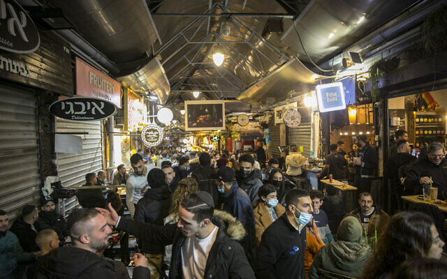 Israelis sit in bars at the Mahane Yehuda Market in Jerusalem, March 12 2021. (Olivier Fitoussi/Flash90)