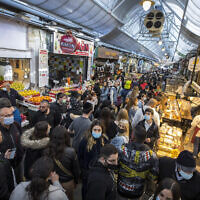 Israelis shop at the Mahane Yehuda market in Jerusalem on March 18, 2021. (Olivier Fitoussi/Flash90)