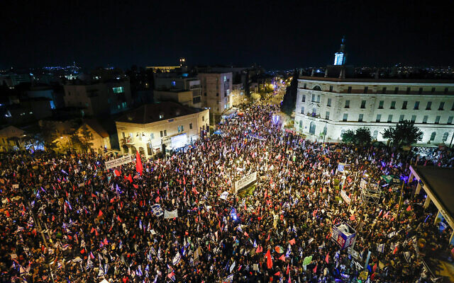 Anti-Netanyahu protesters rally outside the Prime Minister's Residence in Jerusalem on March 20, 2021, days before general elections in Israel. (Yonatan Sindel/Flash90)