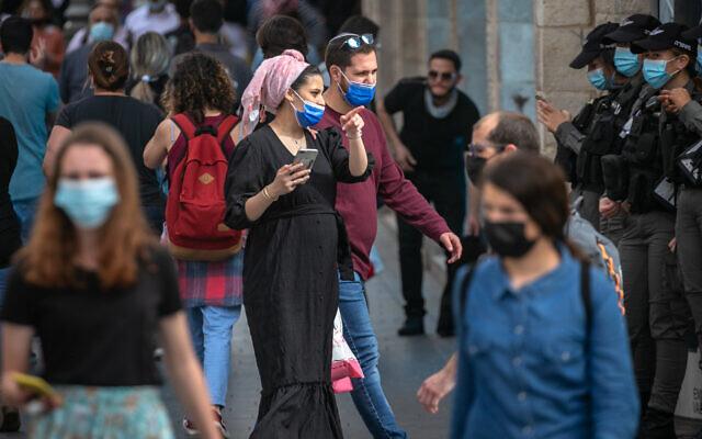 Israelis walk in Jerusalem on March 21, 2021. (Olivier Fitoussi/Flash90)