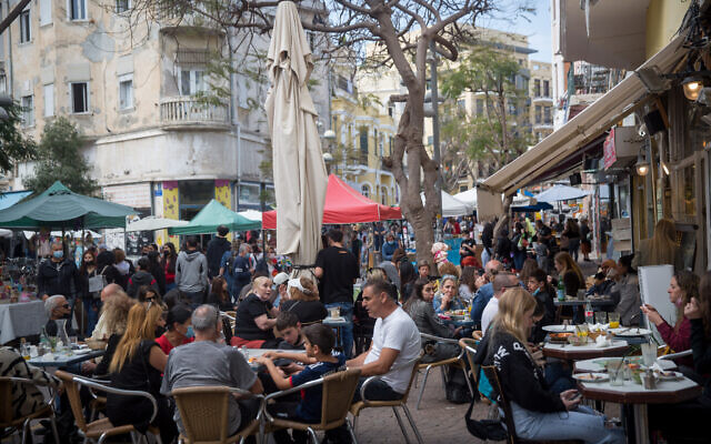 Israelis at the art market on Nahalat Binyamin Street in Tel Aviv, on March 30, 2021. (Miriam Alster/Flash90)