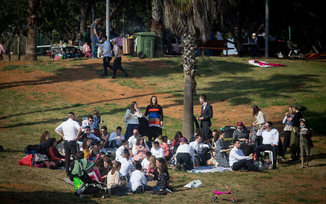 Israelis enjoy the day in Wolfson Park, outside of Tel Aviv, during the Jewish holiday of Passover, March 31, 2021. (Miriam Alster/FLASH90)