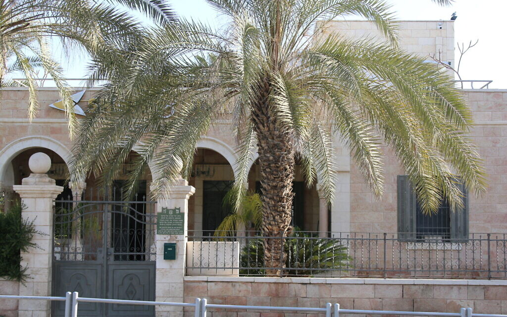 This former home of a Turkish officer in Beersheba now houses a bank. (Shmuel Bar-Am)
