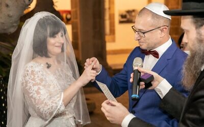 Yevgenia Bogatov (left) and Lazar Roif during their wedding ceremony at Rambam Medical Center (courtesy of Rambam Medical Center)