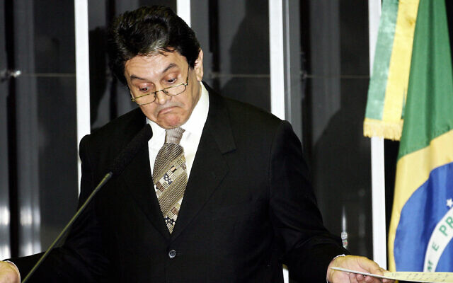 Brazilian lower house deputy Roberto Jefferson gestures as he finishes his speech during a session of the Congress Lower Chamber to vote his ouster 14 September, 2005 in Brasilia. (AFP PHOTO/Evaristo SA)
