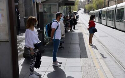 Israelis stand in silence in Jerusalem on April 8, 2021 as sirens wail across Israel for two minutes marking the annual day of remembrance for the six million Jewish victims of the Nazi genocide. (Menahem KAHANA / AFP)