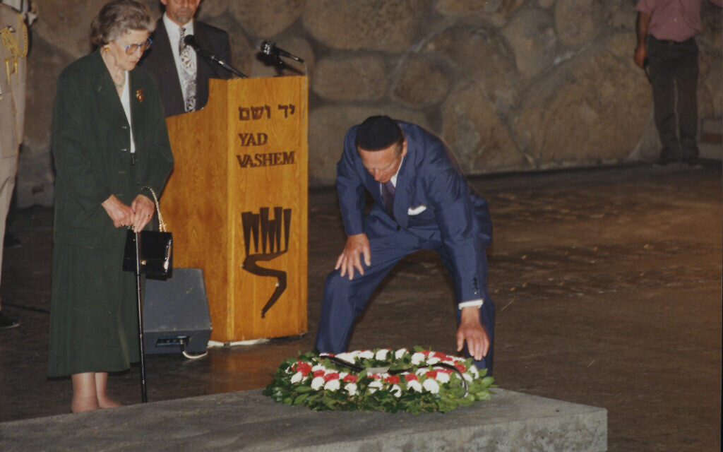 Princess Sophie and Prince Philip lay a wreath in Yad Vashem's Hall of Remembrance in honor of the victims of the Holocaust, October 30, 1994. (Yad Vashem)