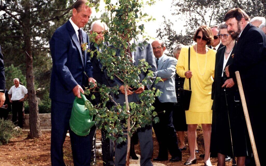 Planting of the tree honoring Princess Alice, Righteous Among the Nations, at Yad Vashem, the World Holocaust Remembrance Center in Jerusalem, October 30, 1994. (Yad Vashem)