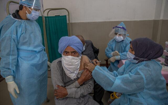 A Kashmiri man receives the COVISHIELD vaccine for COVID-19 at a primary health center in Srinagar, Indian controlled Kashmir, April 28, 2021 (AP Photo/ Dar Yasin)