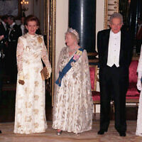 Britain's Queen Elizabeth, the Queen Mother, third from left, poses with the Duke of Edinburgh, left, Queen Elizabeth II, right,  Israeli President Ezer Weizman and his wife Reuma at a State Banquet in their honor at Buckingham Palace, London, in this February 25, 1997 file photo. (AP Photo/John Stillwell/pool)