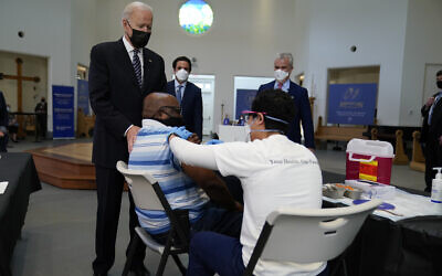 US President Joe Biden visits a vaccination site at Virginia Theological Seminary, April 6, 2021, in Alexandria, Virginia (AP Photo/Evan Vucci)