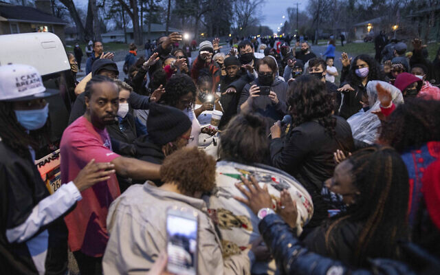 Family and friends, foreground, of Daunte Wright, 20, mourn, April 11, 2021, in Brooklyn Center, Minnesota (AP Photo/Christian Monterrosa)