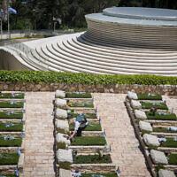 Israeli visit graves of fallen Israeli soldiers, at Mount Herzl Military Cemetery on April 27, 2020. (Yonatan Sindel/Flash90)