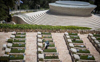 Israeli visit graves of fallen Israeli soldiers, at Mount Herzl Military Cemetery on April 27, 2020. (Yonatan Sindel/Flash90)