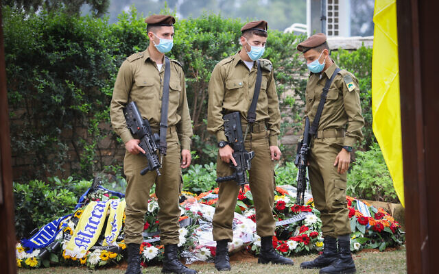 Illustrative: Golani Brigade soldiers stand guard near the grave of their comrade Amit Ben-Ygal, at the Be'er Ya'akov cemetery, on May 15, 2020. (Yossi Aloni/Flash90)