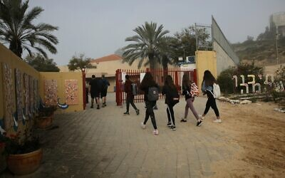 Israeli students wearing face masks return to school in Yad Mordechai, March 7, 2021. (Flash90)