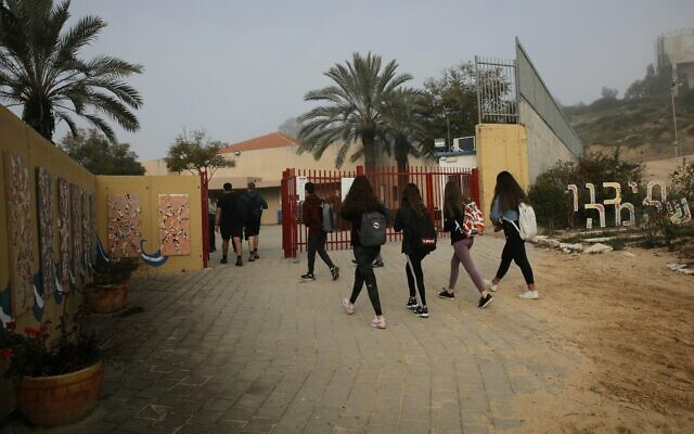 Israeli students wearing face masks return to school in Yad Mordechai, March 7, 2021. (Flash90)