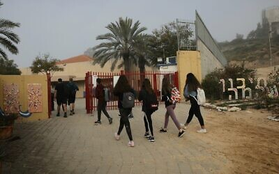 Israeli students go to school in Yad Mordechai, March 07, 2021 (Flash90)