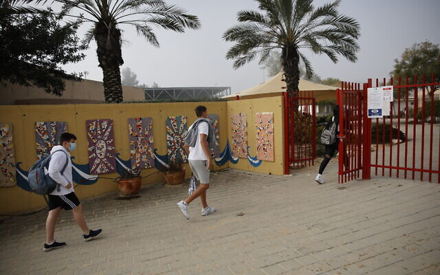 Illustrative: Students wearing face masks return to school in Yad Mordechai, on March 7, 2021. (Flash90)