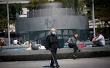 Israelis, some wearing protective face masks and some not, at Tel Aviv's Dizengoff Square on April 4, 2021. (Miriam Alster/Flash90)
