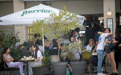 Israelis at a cafe in Tel Aviv, on April 07, 2021. (Miriam Alster/FLASH90)