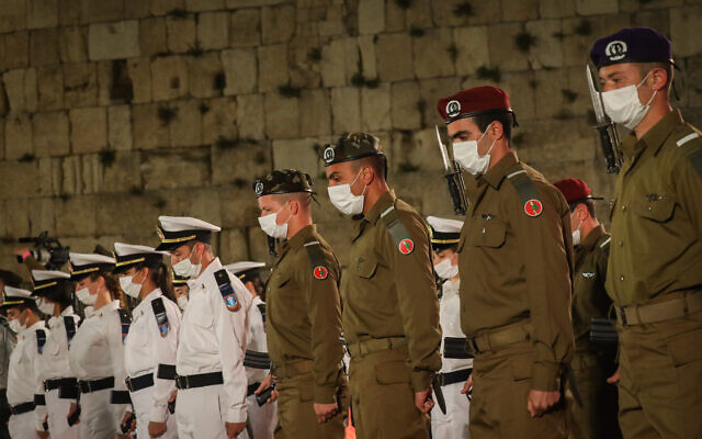 Israeli soldiers stand still as a memorial siren sounds during the ceremony marking Memorial Day for Israel's fallen soldiers and victims of terror, at the Western Wall in Jerusalem's Old City, on April 13, 2021. (Olivier Fitoussi/Flash90)