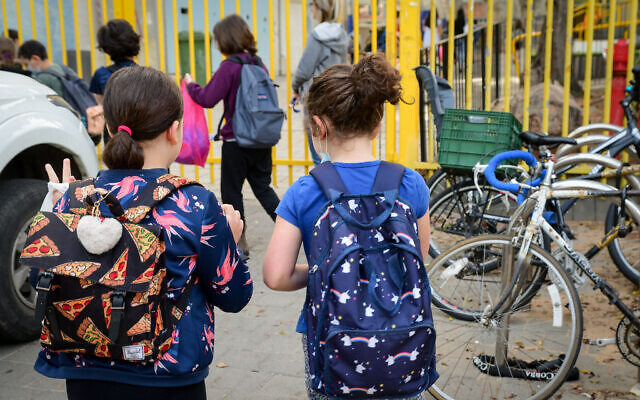 Israeli students wearing face masks return to school in Tel Aviv on April 18, 2021. (Avshalom Sassoni/Flash90)