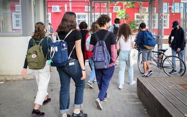Israeli students return to school in Tel Aviv on April 18, 2021. (Avshalom Sassoni/Flash90)