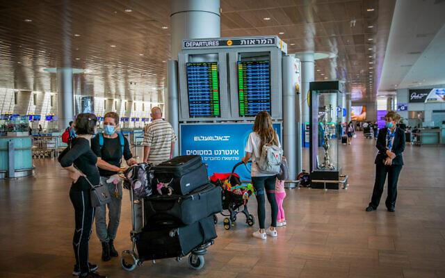 Travelers at the Ben Gurion International Airport near Tel Aviv on April 18, 2021 (Yossi Aloni/Flash90)