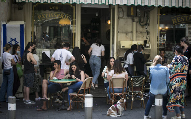 Israelis sit a cafe in Jerusalem's city center on April 21, 2021. (Olivier Fitoussi/Flash90)