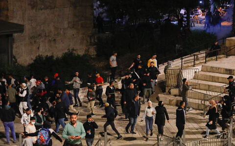 Arab protestors at Damascus Gate in Jerusalem on April 22, 2021. (Olivier Fitoussi/Flash90)